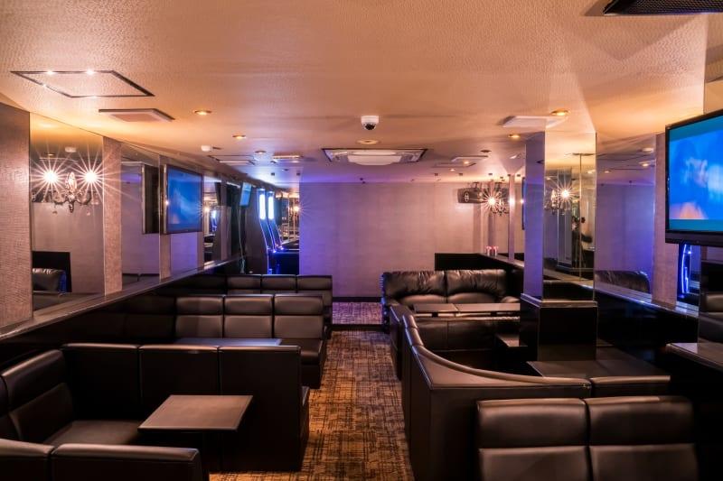 広々とした内装 - Bar B-LUCK BERRY 各種イベント会場の室内の写真