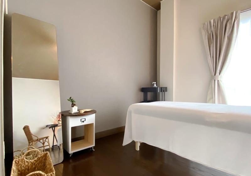施術ベッドは低反発ベッドを1台配置しております。高さはエステや整体に使用しやすい65センチに設定しております。  - 神戸レンタルサロンCHAKRA 「CHAKRA」住吉店の室内の写真