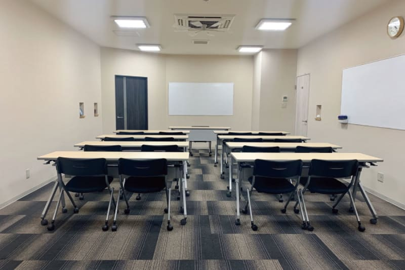 定員20名のセミナーに最適!ホワイトボードも2面に完備 - 株式会社 ライフキット セミナー・会議室の室内の写真