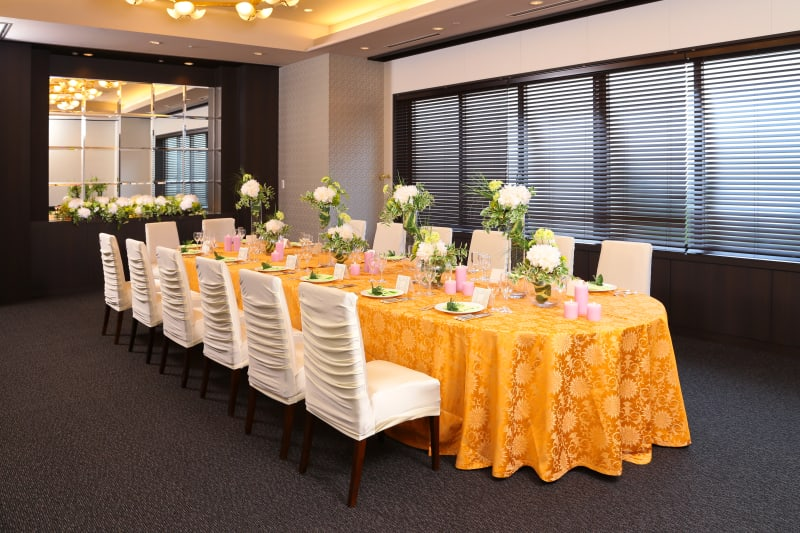 楕円卓で和やかなお食事会に最適 - KKR HOTEL HAKATA 上質な多目的空間【はくちょう】の室内の写真