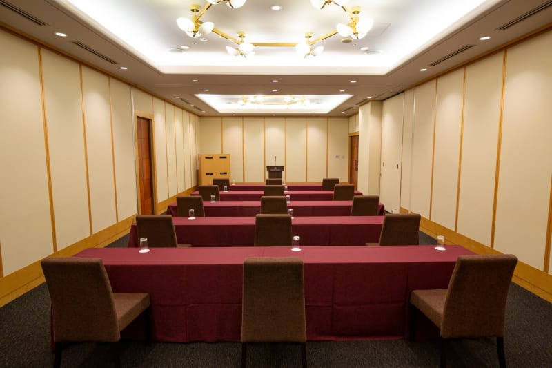 清潔感溢れる広々とした会場はスクール形式に最適。各種備品も取り揃えております - KKR HOTEL HAKATA ビジネス利用に最適【オリオン】の室内の写真