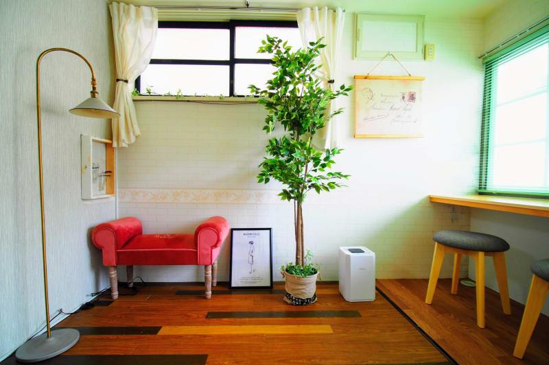濃いめピンクのアームベンチでインスタ映え♡ - RUE大塚 自習室の室内の写真