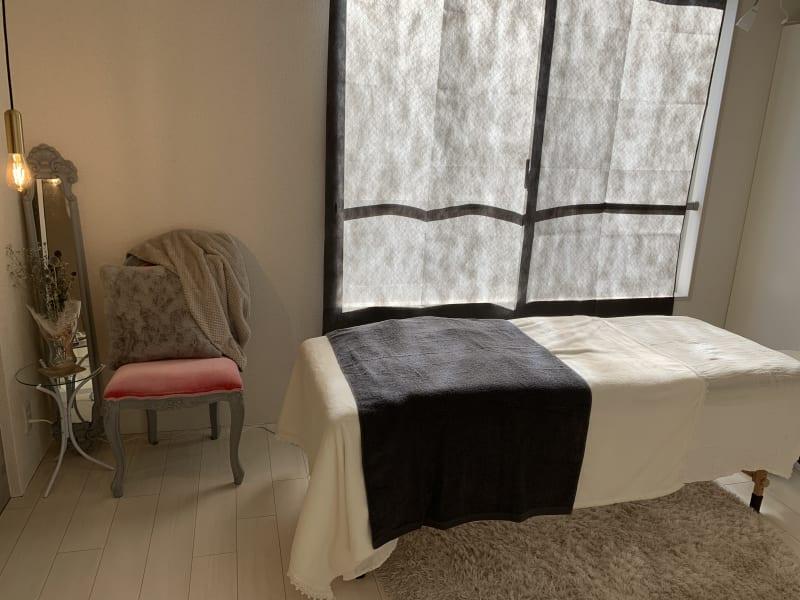 折り畳みの施術ベッドもあるので、エステやマッサージスペースとしても使えます - Salon de miyabi レンタルサロンの室内の写真