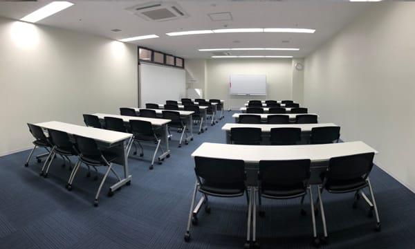 スクール形式 (2名席でゆったり20名) - NPD貸会議室 岡山駅前 Aフロアの室内の写真