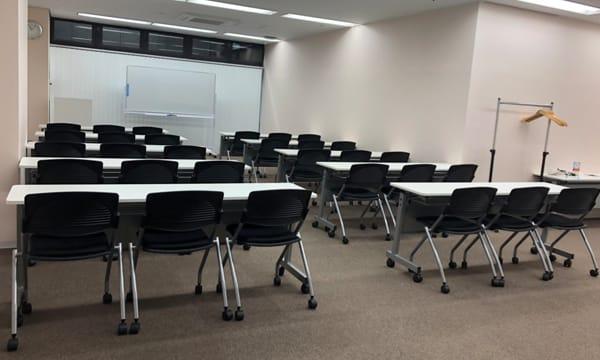 スクール形式 (2名席でゆったり20名) - NPD貸会議室 岡山駅前 Bフロアの室内の写真