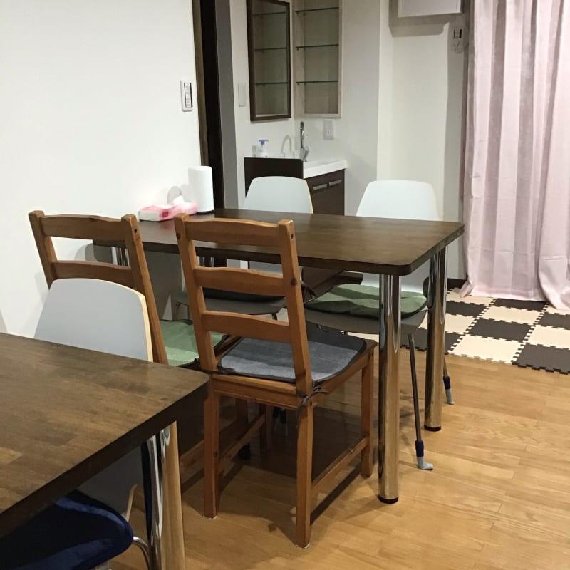 読み聞かせ用の絵本、子ども用テーブルセットあり - Cafe Lugna  多目的スペースの室内の写真