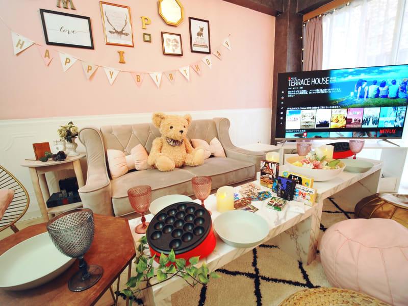 ガーリーでロマンチック💎女子なら誰もがキュンとするアイテムがいっぱい🎀可愛いテディベアが出迎えてくれます♡ - ブラピ池袋 ガーリーなフレンチモダンスペースの室内の写真