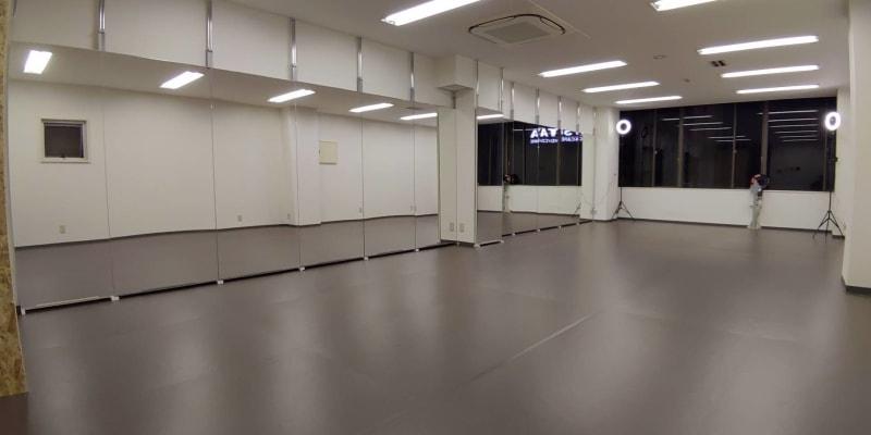 入室しますと大鏡がお出迎えします① - ひのまるスタジオ天神北 大ホール ヨガ・ピラティス特化型の室内の写真