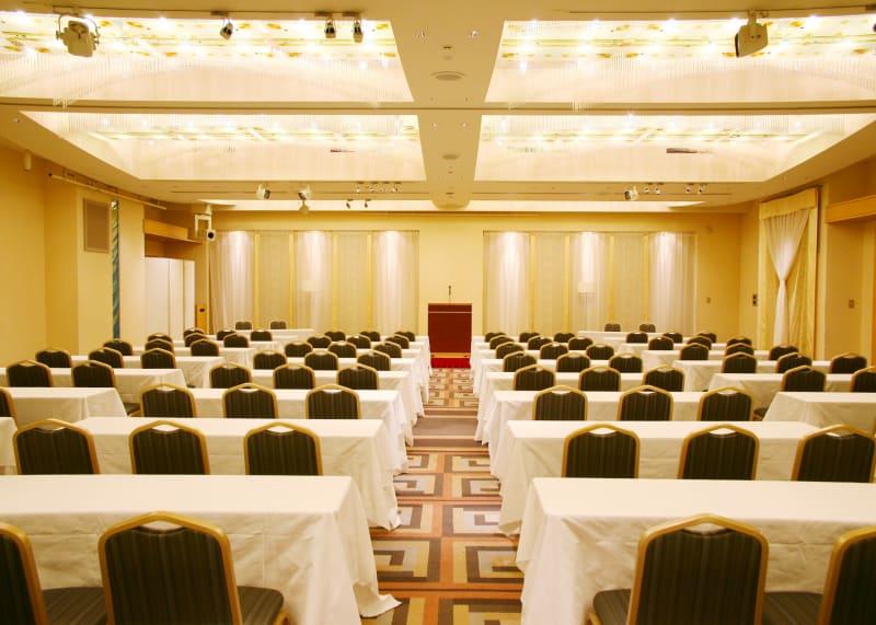 シアター最大108名、スクール最大54名収容可能の中規模会場です。 写真は、ご利用会場の2倍のスペースとなっており、ご利用時は、写真の半分のスペースでの使用となります。 - KKR HOTEL HAKATA おしゃれな中規模会場【レグルス】の室内の写真