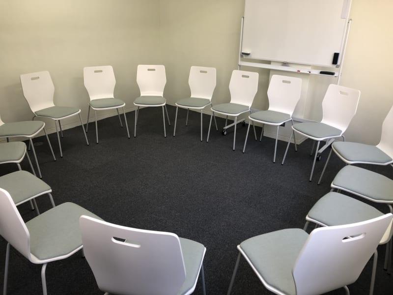 ディスカッションレイアウト - JK Room 虎ノ門 セミナー会議室の室内の写真