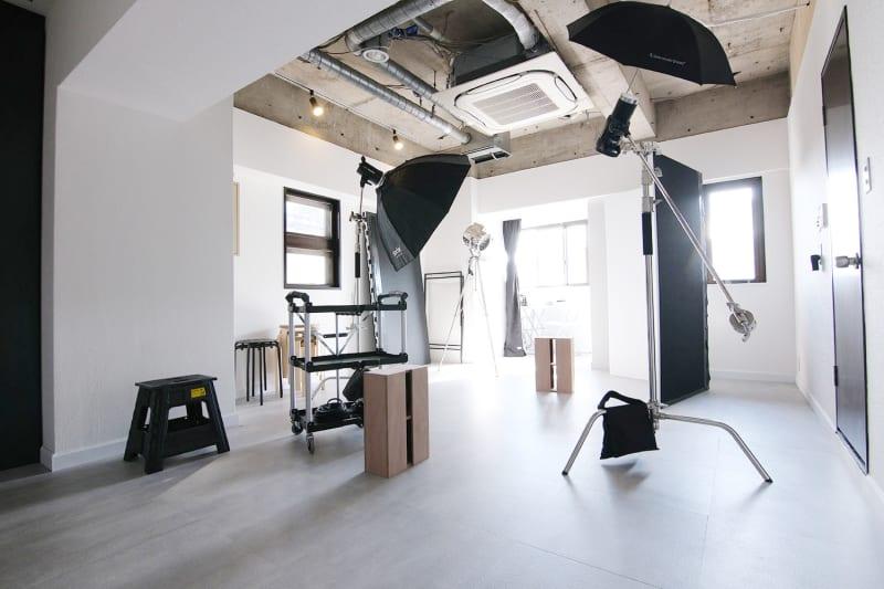 Profoto D1や様々な機材が充実!スチール・ムービー撮影にご活用ください!  ※11月19日 木製箱馬/2つ&折りたたみワークテーブル導入しました! - スタジオドア 機材充実のシンプルな撮影スタジオの室内の写真