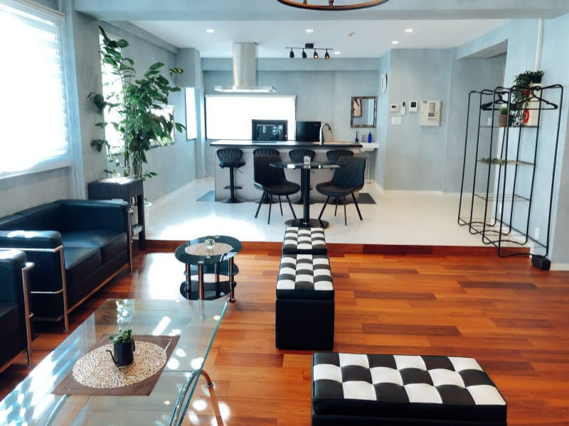 bliss space渋谷 2nd luxe リビングルーム  友達とのパーティにも、プロジェクターも設置しております。 各種パーティに最適です♪ - bliss space 2nd  bliss渋谷 2nd luxeの室内の写真