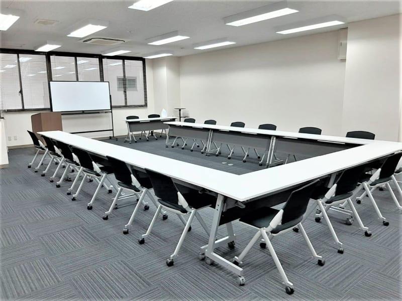 コの字形式 最大配置 デスクw1800×10台 - エキマエ会議室 貸し会議室、セミナー会場の室内の写真