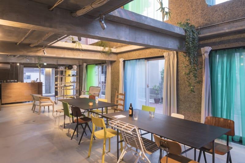 東側の壁一面が窓になっている自然光たっぷりのぜいたくな空間。 敷地面積200㎡、建築面積300㎡の建物をまるごとお貸しします! - Blend Studio レンタルスタジオ8時間プランの室内の写真