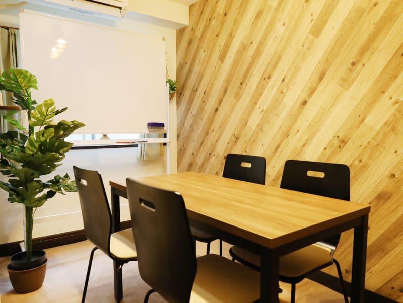 4名+2名(予備椅子)着席可能 - LEAD conference 赤羽 room Bの室内の写真
