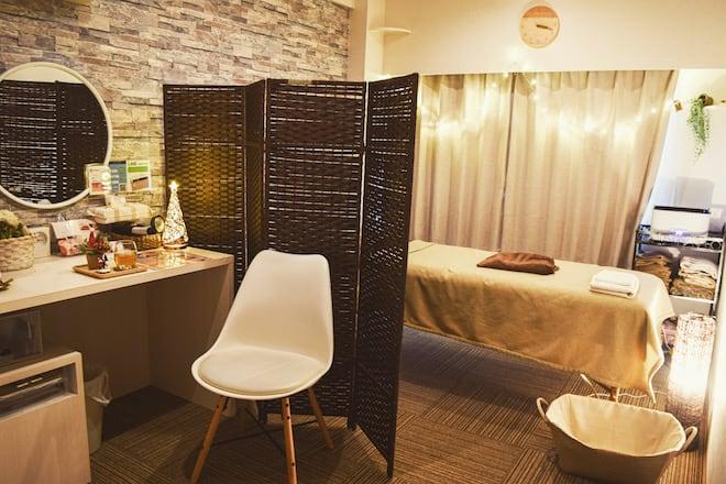 カウンセリング台もあり、ベッドスペースも広いです。 - アメイジング レンタル サロンスペースの室内の写真