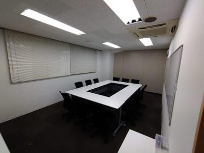 コロナ対応で8名様までのご利用になります。 - 三豊ビル 8名様までのミーティングスペースの室内の写真
