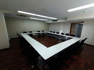 コロナ対応で16名様までのご利用です。ロの字形式での設営です。 - 三豊ビル 16名までのミーティングスペースの室内の写真