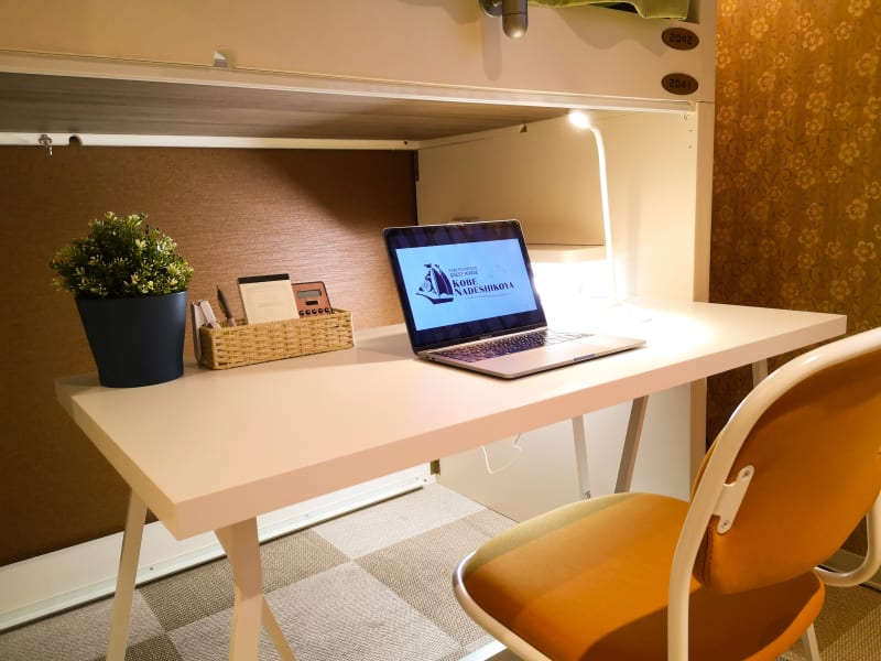 デスクライト完備 - ゲストハウス神戸なでしこ屋 個室コワーキングスペースの室内の写真