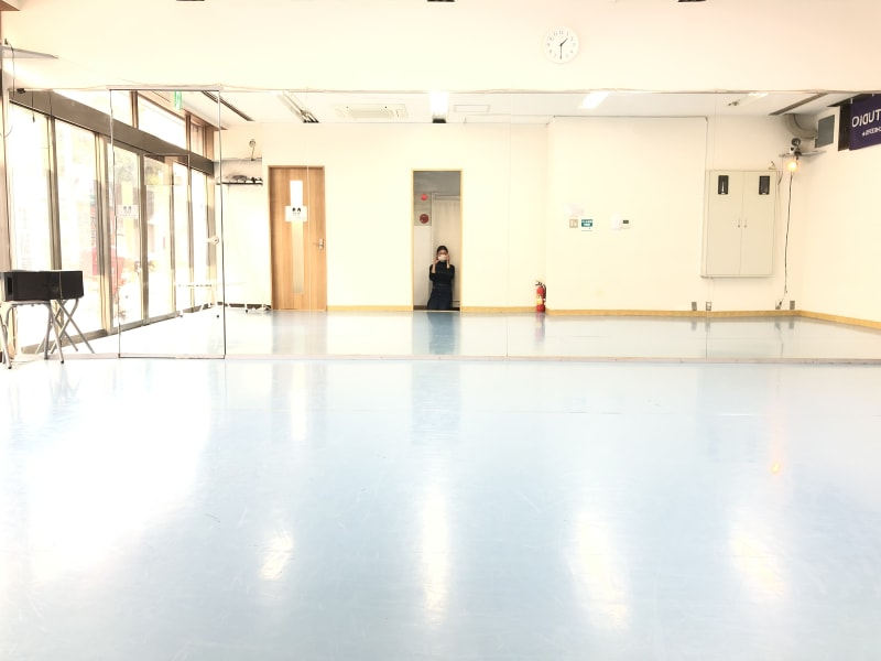 Aスタジオ→横(鏡面)8m×縦5m(マジックミラー面)/Bスタジオ→横(鏡面)5m×縦3m - SK.DANCE STUDIO ダンススタジオの室内の写真