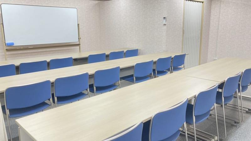 部屋の全体 - 多目的レンタルスペース心音 会議室、展示会、セミナー、英会話の室内の写真