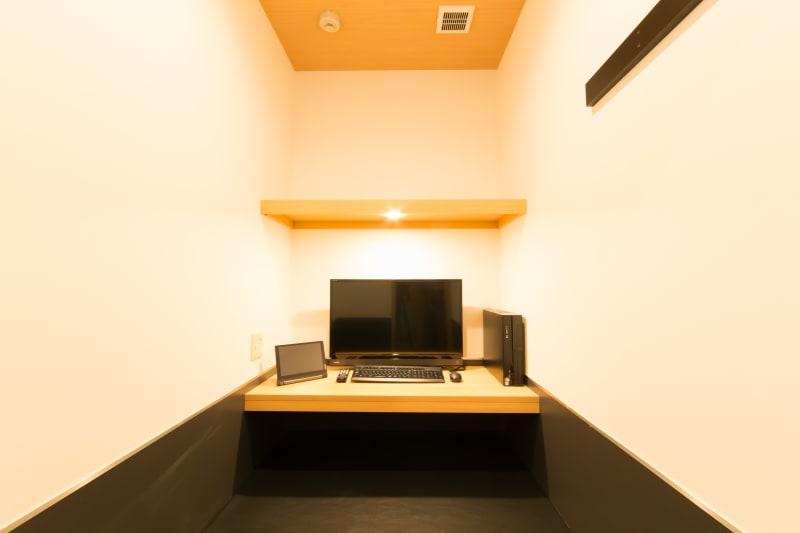 全室完全個室でゆったりと作業が可能です。 - キャビNET心斎橋店 コワーキングスペースの室内の写真