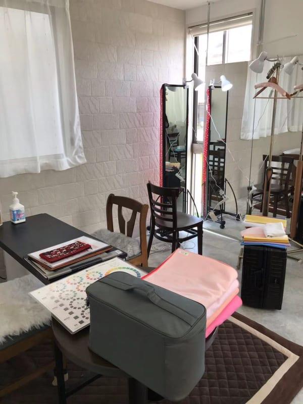 【レッスンに最適】パーソナルカラー診断でのご利用、部屋のレイアウトは利用者様のお好きなように変更していただけます。 - レンタルスペースMTAC 扉で仕切る個室&スタッフ常駐の室内の写真