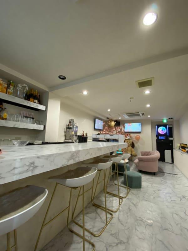 店内の内装別角度 - 大阪梅田のおしゃれ空間 白と大理石の空間の室内の写真