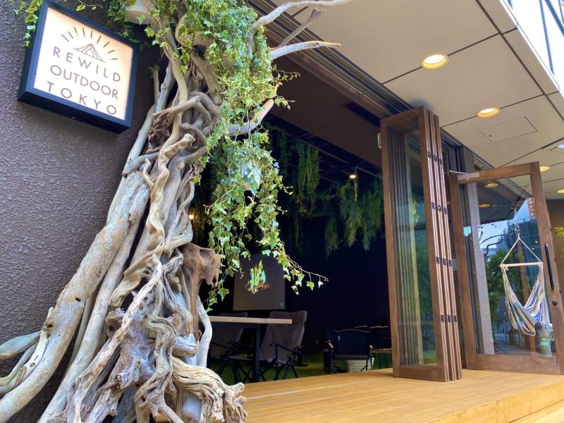 全面開放できる出入口 - リワイルドアウトドアトーキョー 用途多彩!貸切カフェの室内の写真