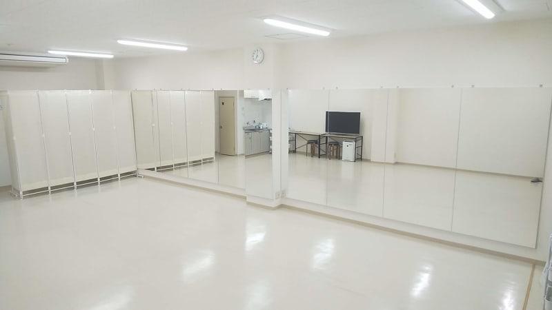 1面ミラー 幅7.8m高さ2m ホワイト基調の清潔なスタジオです。 - レンタルダンススタジオ レンタルスタジオsimasimaの室内の写真