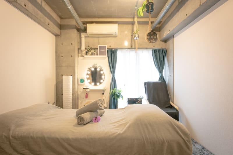 白、グレー、緑を基調としたシンプルなお部屋です。 - magtact レンタルサロン magtactの室内の写真