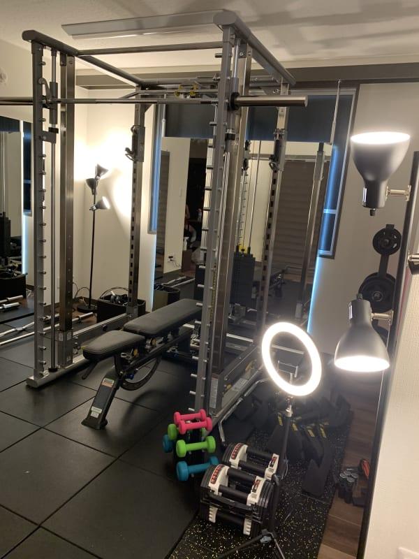 鏡が自慢の1号店。間接照明がお勧めです。書面の鏡の周囲にテープライトがあります、このスイッチも是非。 - スタジオフリューゲル 六本木 女性専用トレーニングスペースの室内の写真