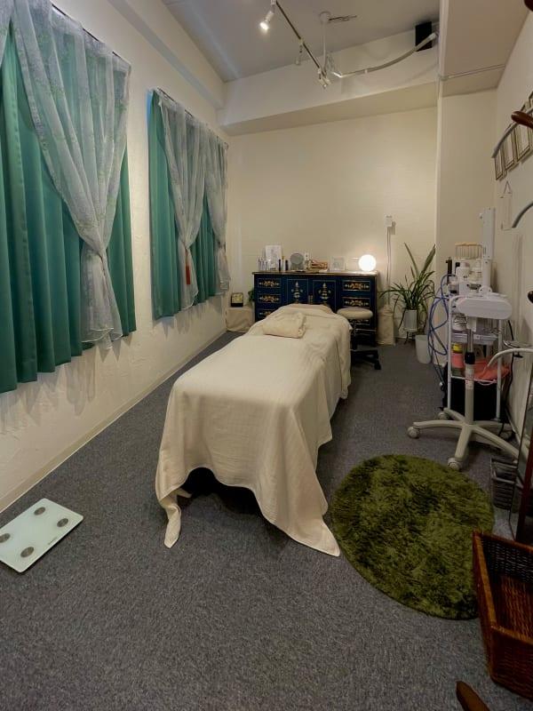 サロン内(施術台) - 市原ボディケアラボラトリー サロンスペースの室内の写真