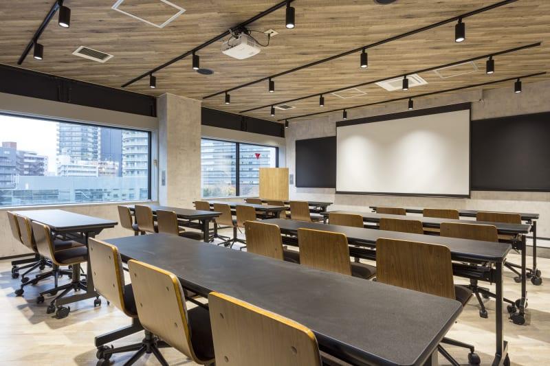 プロジェクター、黒板、音響機器の完備。30名着席可能。 - 渡辺コーポレーションビル 貸しオフィスの室内の写真