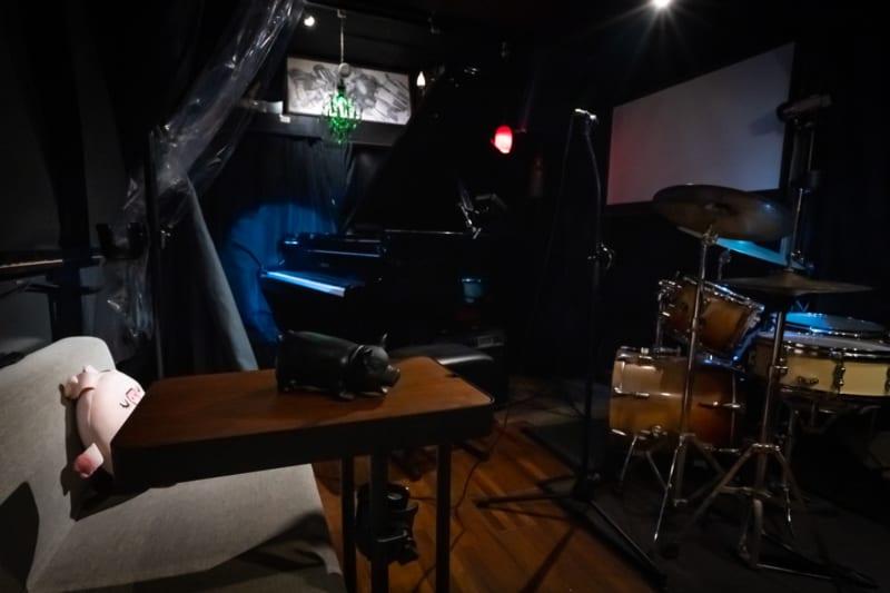 照明は赤・青・緑・紫にも変えられます。 - ライブスペース中野ピグノウズ ライブ・鑑賞会・動画撮影の室内の写真