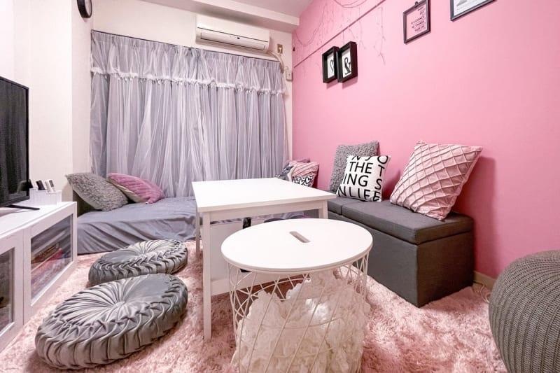 42型テレビをはじめ、ゆったりと過ごせるピンクのアクセントウォールがあるスペースです - ココン町田 多目的スペースの室内の写真