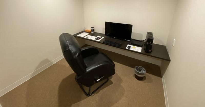ご自宅の代わりに大人気のテレワークルーム。  ZOOMやSkypeを用いたWeb会議が可能なビジネスルーム。広いお部屋にリクライニングチェアを置き、快適に作業が可能です。急にテレワークになったが、自宅では集中できない方に最適なお部屋です。 - ネットカフェココネ テレワーク専用ルームの室内の写真