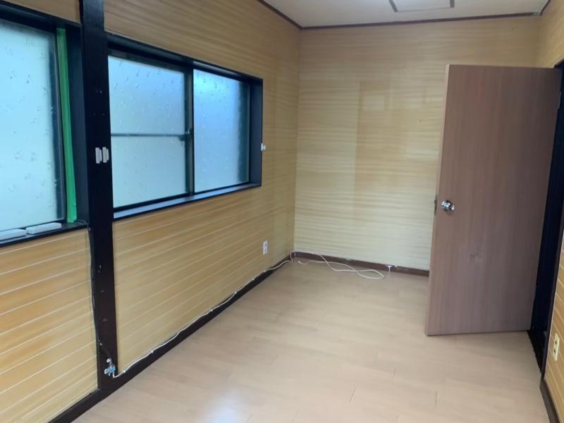 8.5畳ほどの作業場。何人かでシェアしての利用や、大判の絵画製作、木工作業などにおすすめ。  - tokyo camp 汚し!匂い!音出OKなアトリエの室内の写真