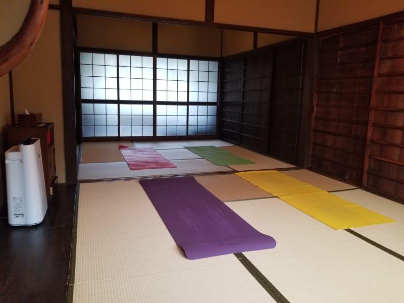 スペースは17.3㎡(10.5畳分)。4名様でしたら充分にスペースを確保できます。 天井高が2.7mありますので開放的な空間でご利用いただけます。 - 癒しの古民家Kyoto Knot レンタルスタジオの室内の写真
