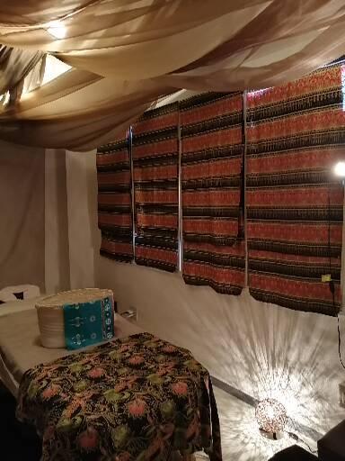 エステ・リラクゼーションベッド① 180センチのベッドを配置。頭側、足側ともに動けるスペースあり。  ベッドを片してマットを敷けばタイ古式マッサージも可能な広さです。 - シェアサロン押上 サロンスペース、フリースペースの室内の写真