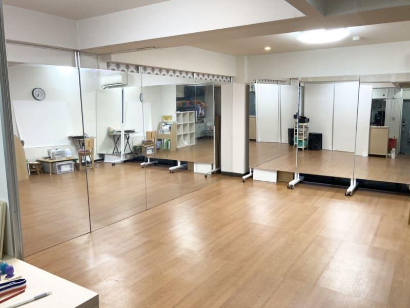 スタジオ・アルマ ヨガ・ダンススペースの室内の写真