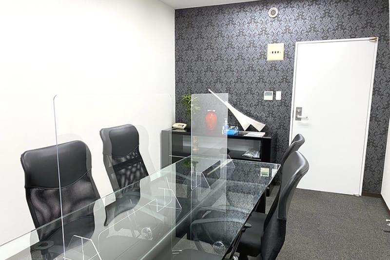 室内です。 5台のチェアと予備で3台椅子があります。アクリル板も設置 - 三宮ベンチャービル 貸し応接室・会議室の室内の写真
