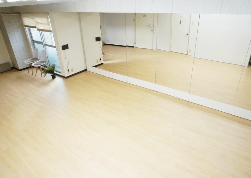 5.4m×180㎝の鏡を設置しております。ダンスレッスンやヨガなどに最適です。 - レンタルスタジオ キブラの室内の写真