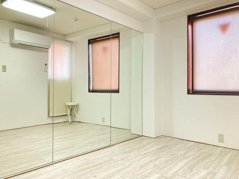 幅2.5m高さ1.8mの鏡とフローリング - 京橋レンタルスタジオLibre 京橋レンタルスタジオリブレの室内の写真