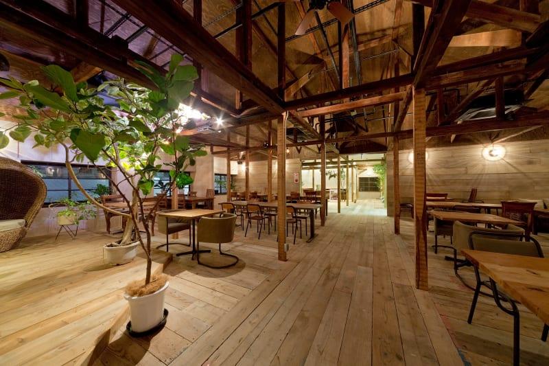 """木目を基調とした店内は、""""ログハウス感""""を楽しめる空間で、自然の中にいるような居心地の良さが自慢です。 - Fun Space Diner 1階フロア貸切プランの室内の写真"""