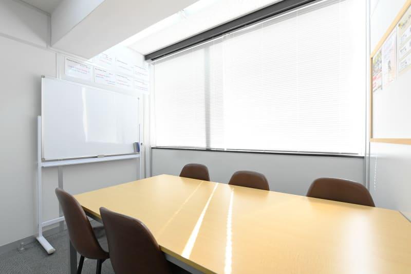 ワンコイングリッシュ五反田校 会議室、コワーキングスペースの室内の写真