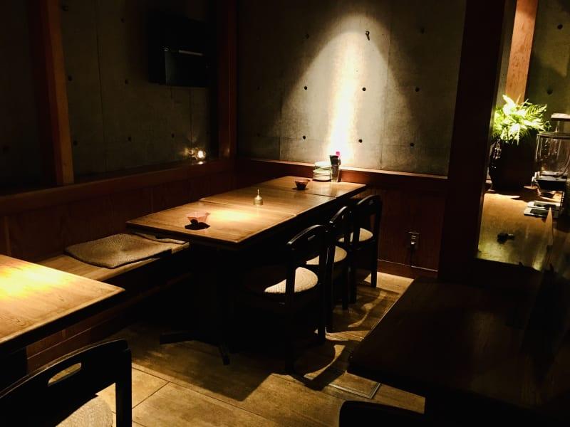 地下メインフロア。 10名着席可能。wifiあり。コンセント2箇所。 - 上質レストランでコワーキング 上質レストランバーでコワーキングの室内の写真