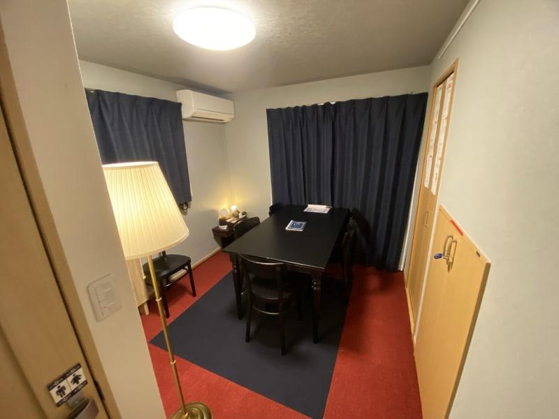 個室ワークスペース 最大5名がけの作業テーブル プレゼン用液晶モニター(hdmi接続、RCA接続対応) 会議にもおすすめ 個室内トイレあり - 深夜特急+ 1F個室スペース 最大5名様 の室内の写真
