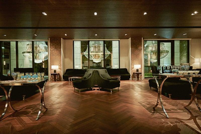 家具やインテリアなどすべてにこだわり抜き、ゲストを最初にお迎えするにふさわしい上質感とくつろぎを兼ね備えたラウンジ&ゲストルームです。 - カノビアーノ福岡 ラウンジ(パーティー会場)の室内の写真