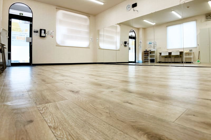 壁一面の幅5.1m高さ1.8mの大型鏡を設置しています - スタジオサルタールの室内の写真
